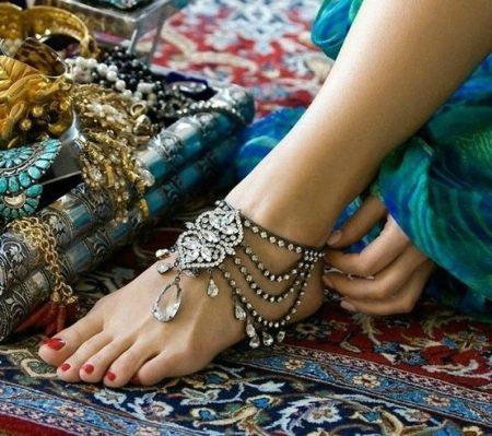 vörös lábak minták formájában jelentek meg a lábán)