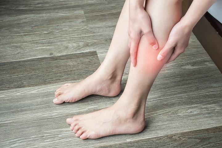 vörös foltok a lábon, trombózis)