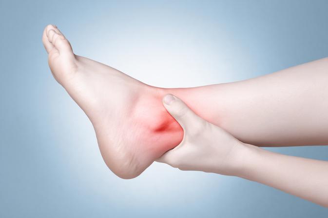 vörös foltok a láb bokáján és a boka duzzanata)