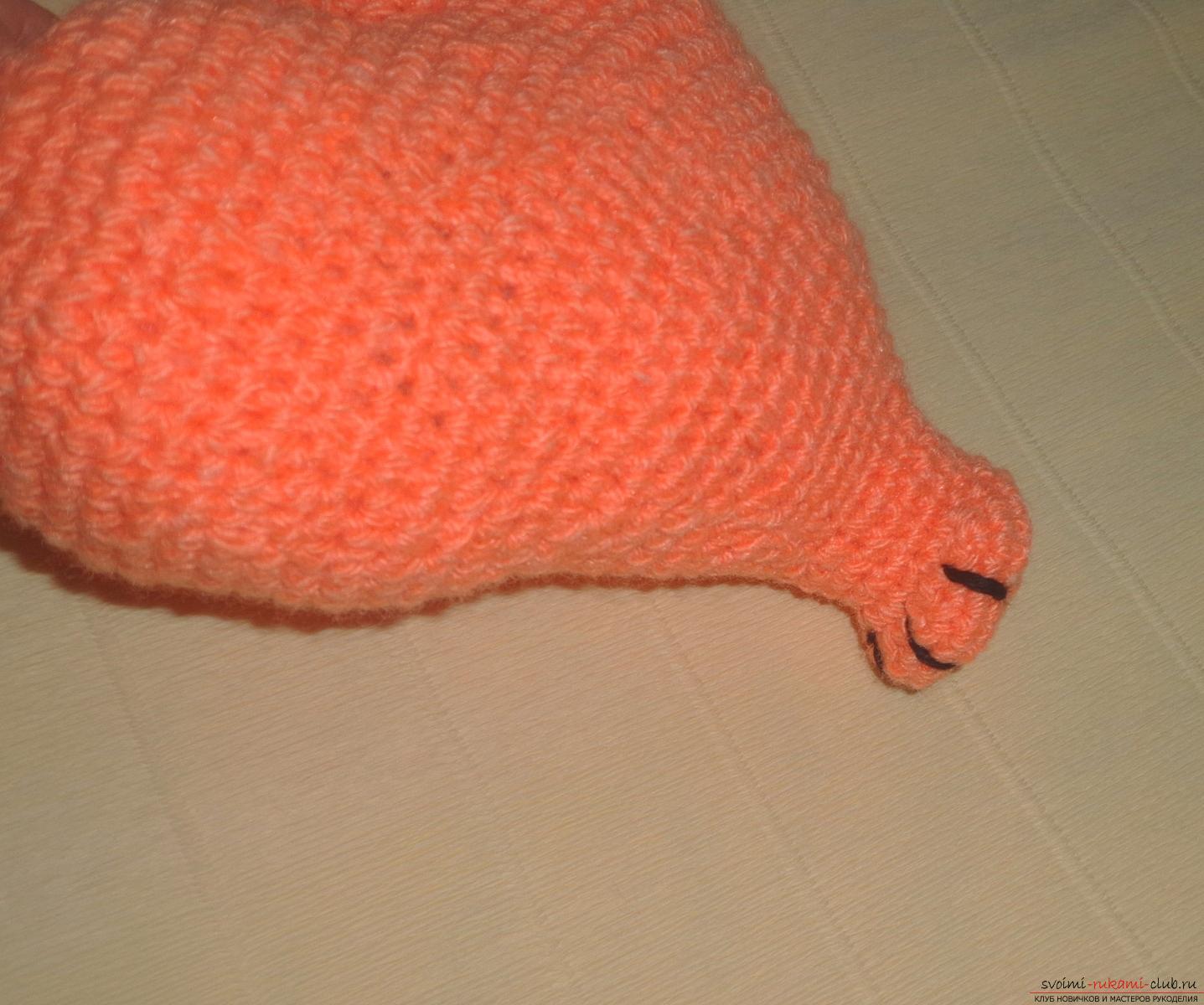 piros, tömítéssel a lábán vörös foltok jelennek meg a kezeken és lehámoznak