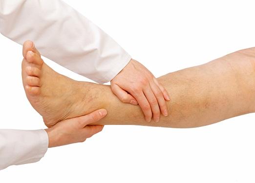 piros foltok a lábán alul)