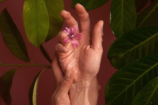 a kezén vörös folt nő ritka vörös foltok a lábakon