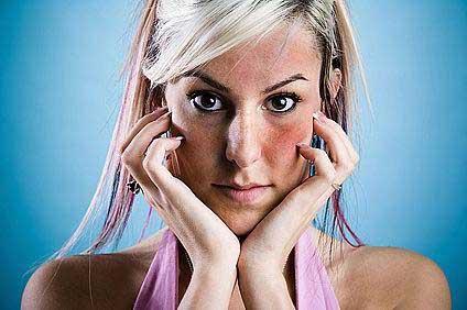 a fagytól vörös foltokkal borított arc)