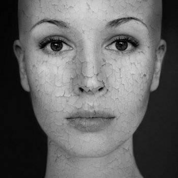 vörös foltokkal borított arc
