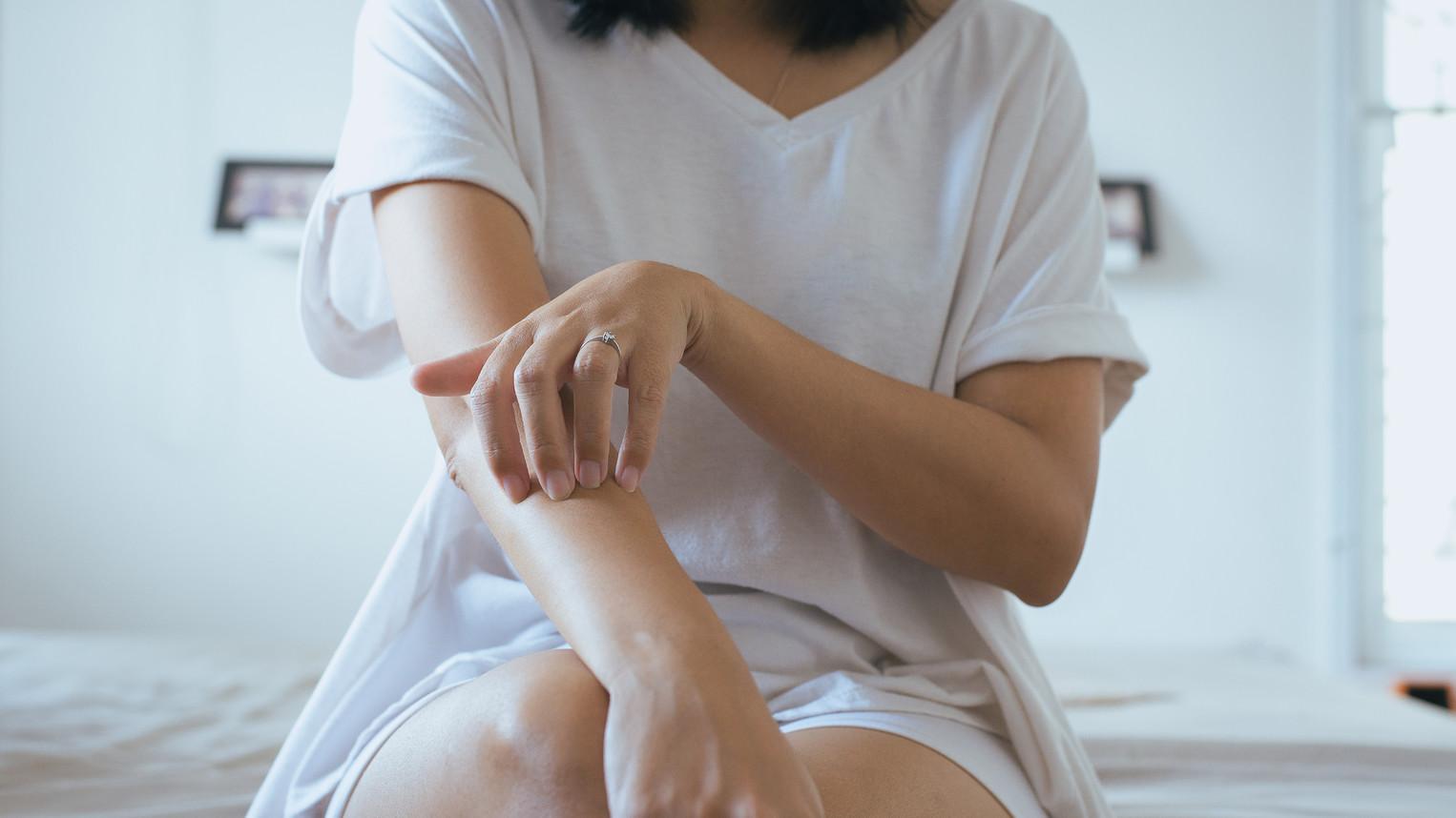 piros száraz folt jelent meg a lábán vörös foltok a kézviszketés kezelés fotóján