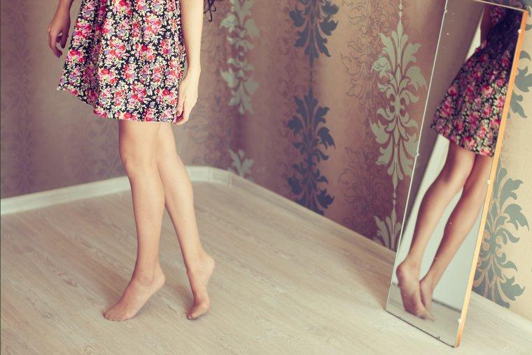 minden lábát belül vörös folyadék fedi