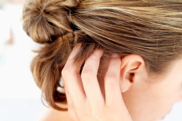 a haj alatti fején vörös foltok viszketnek