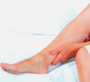 vörös foltot emelt a lábán