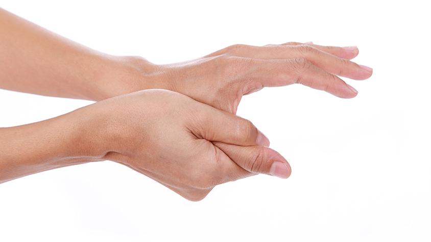 Bőr az ujjak között leválnak, és repedés