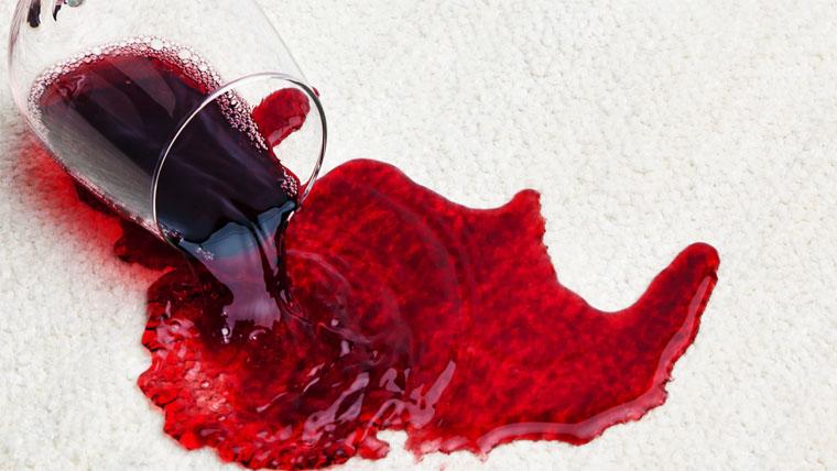 vörös foltok a kezeken, az arcon és a háton a kezét vörös foltok borítják, és fájnak
